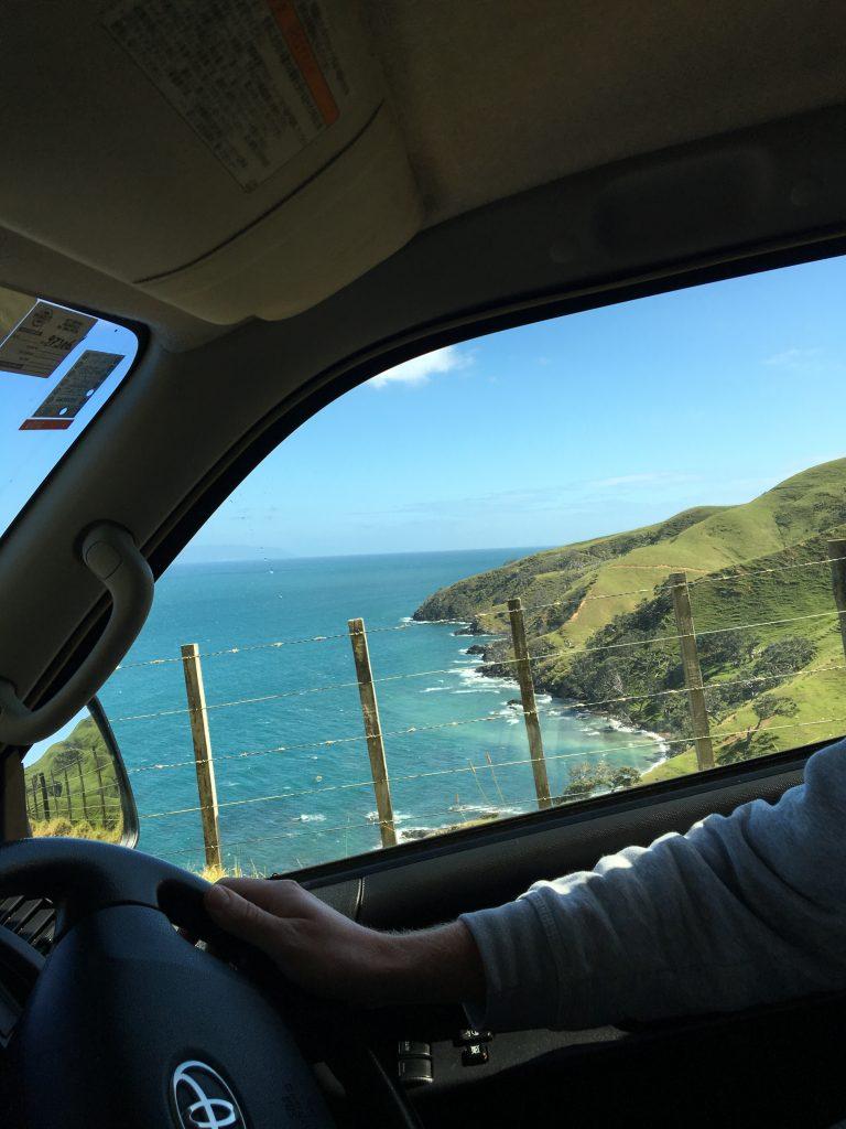 Mit dem Auto die Cordmandel-Halbinsel hinauf an Klippen entlang