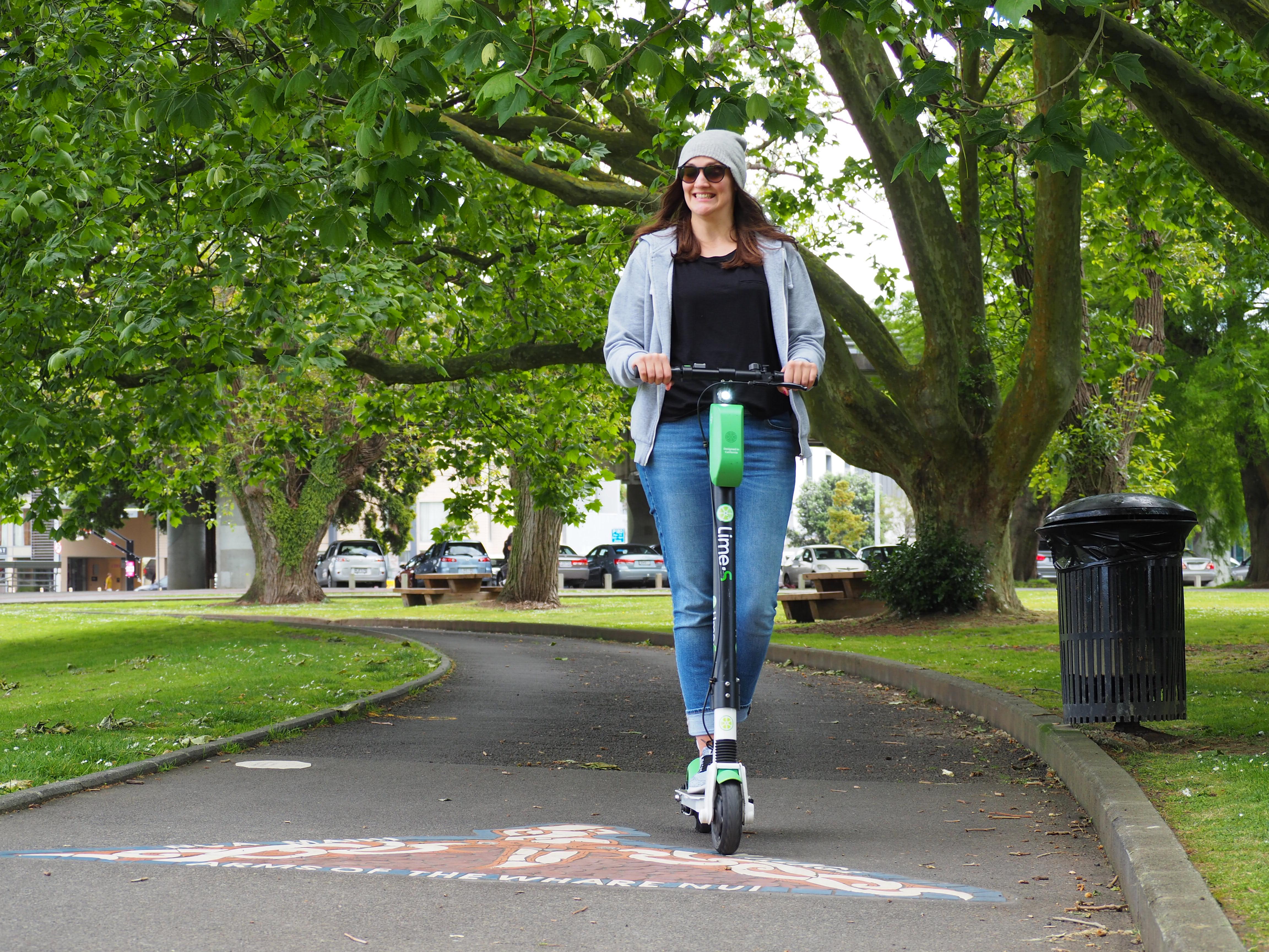 Im Park haben wir Roller Fahren mit dem Scooter geübt