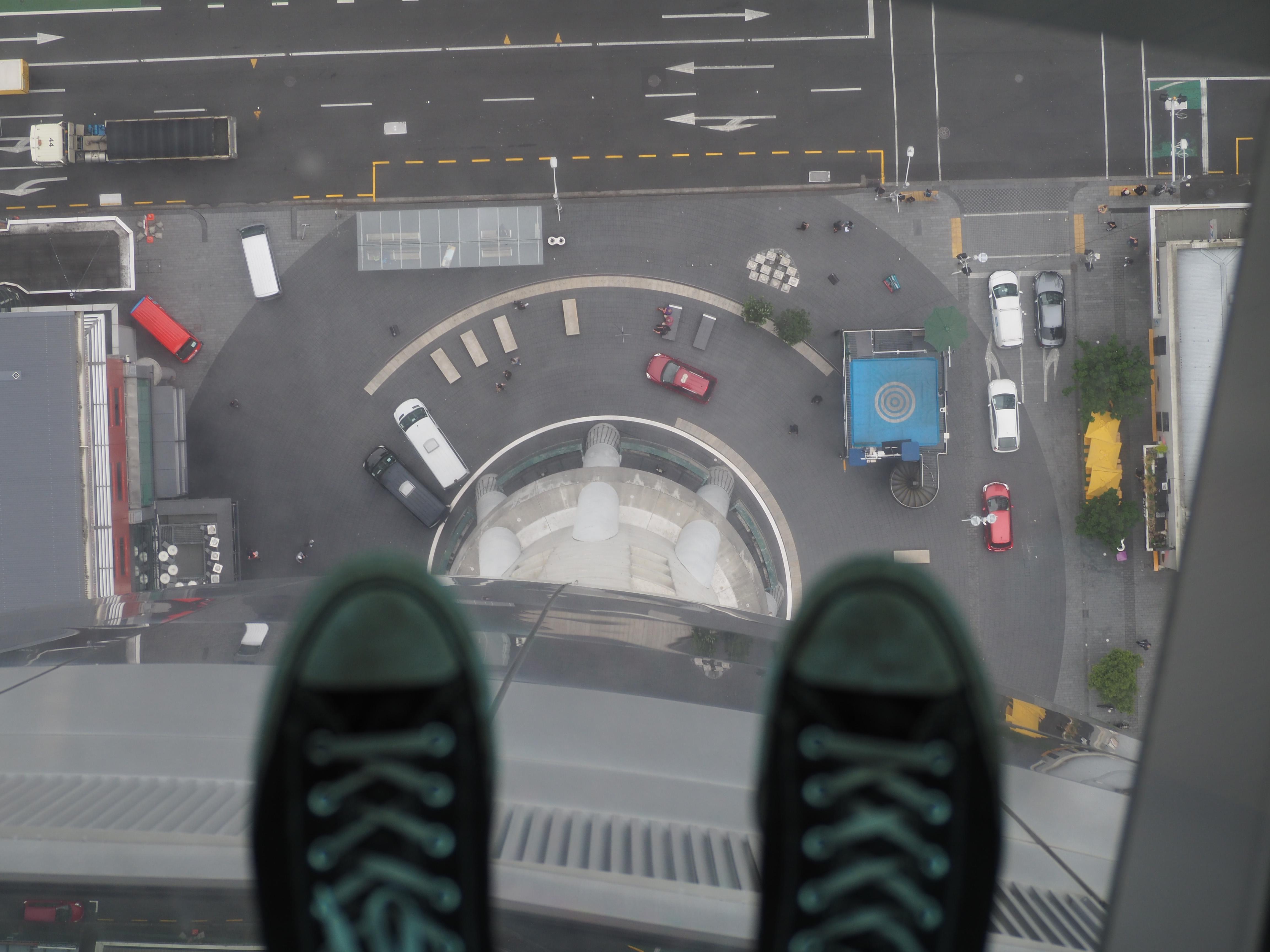 Blick nach unten durch eine Glasscheibe vom Skytower in Auckland