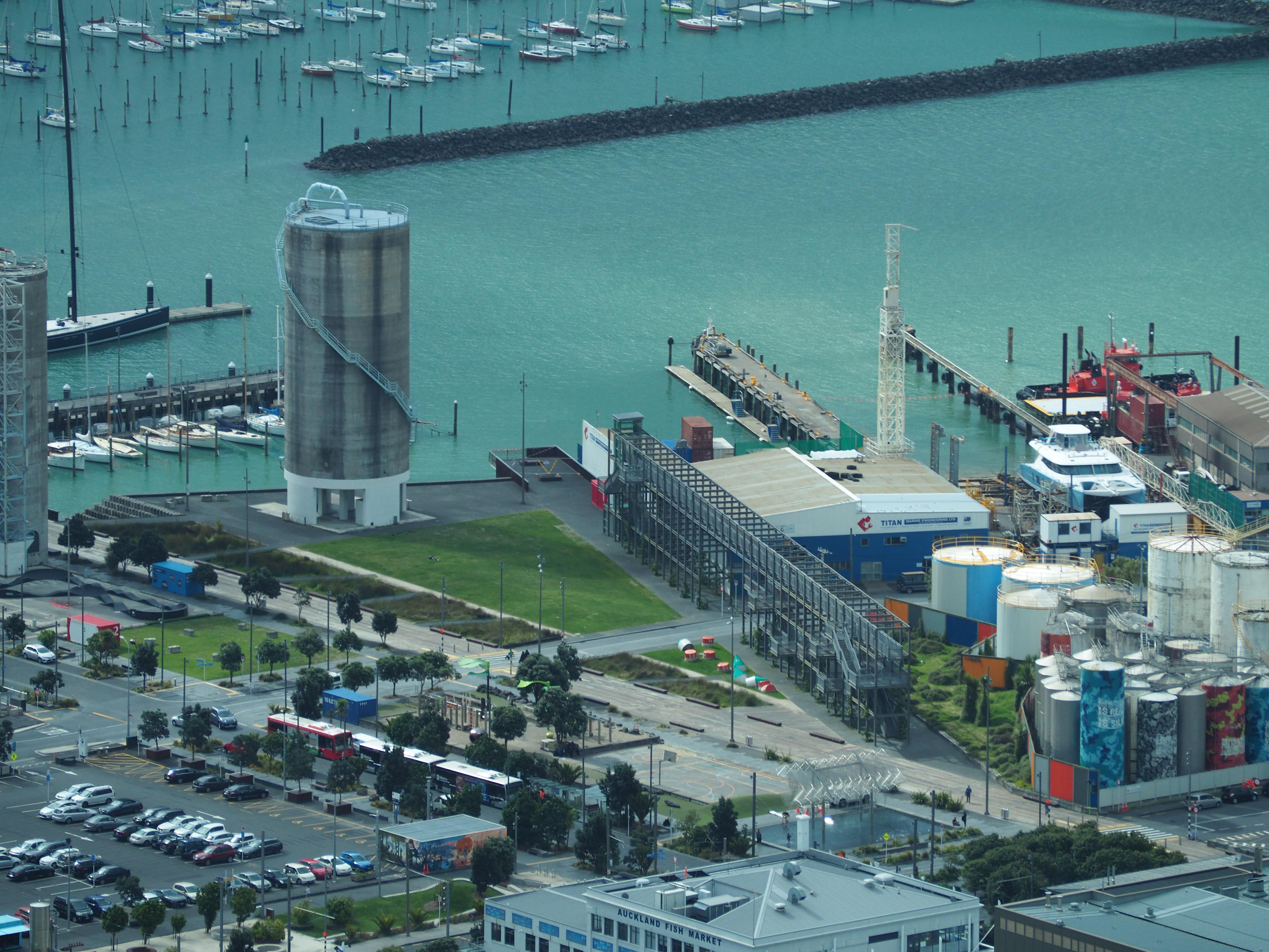 Blick auf das Wynyard Quarter vom Skytower in Auckland