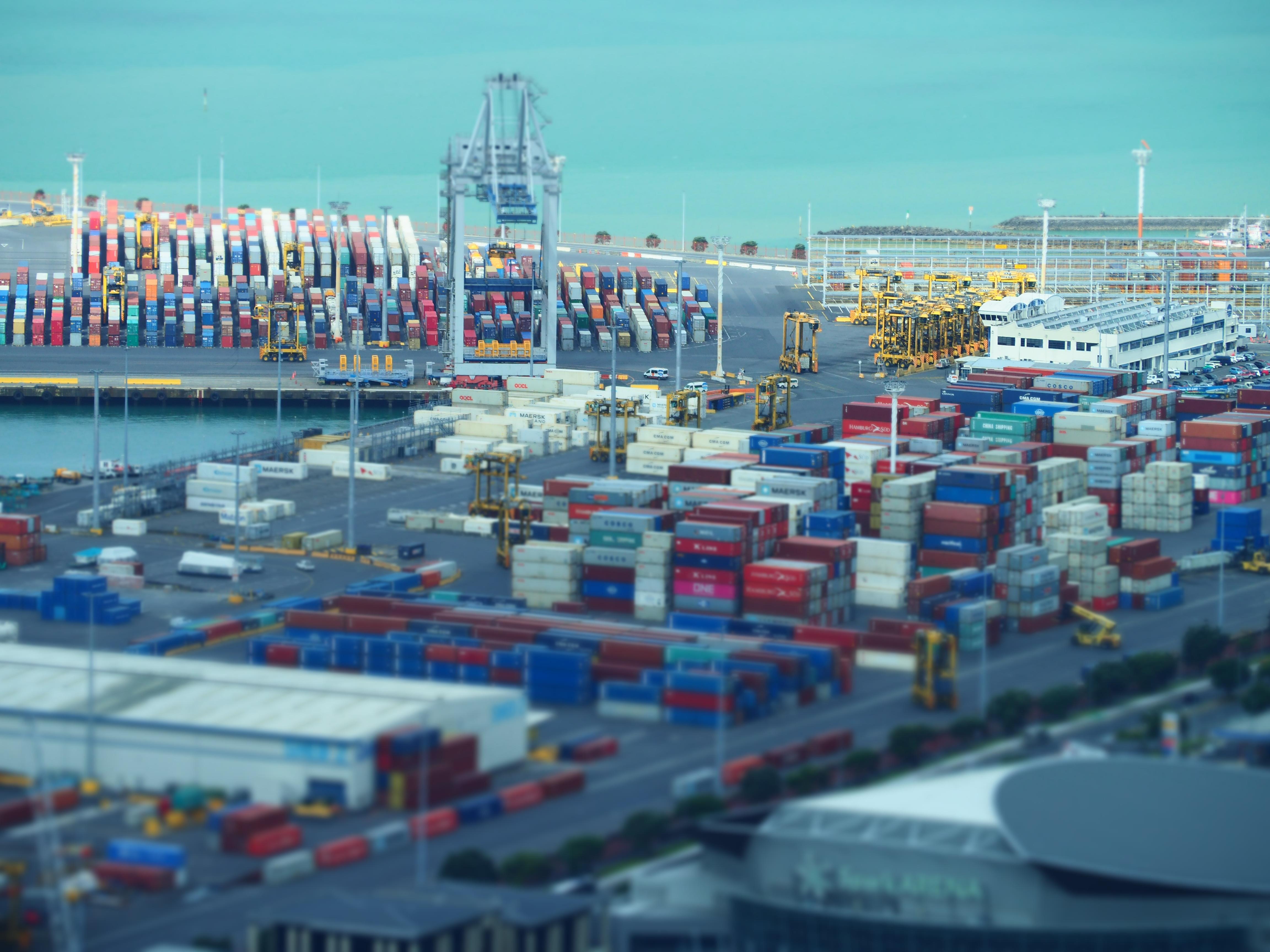 Blick auf den Containerhafen vom Skytower in Auckland