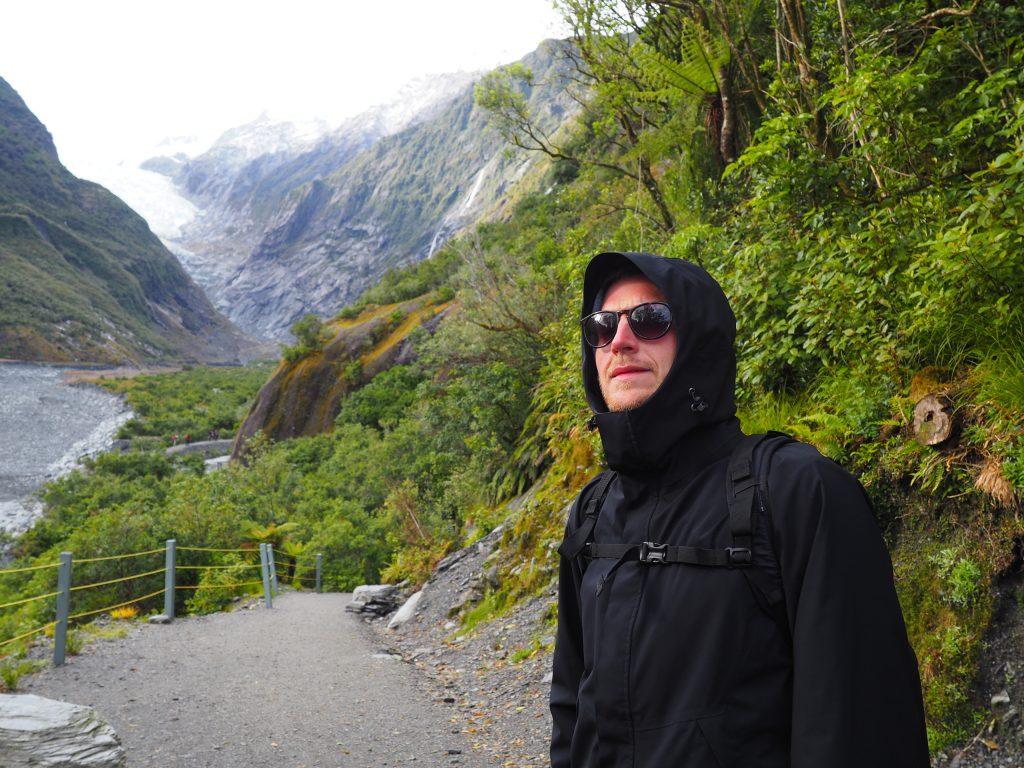 Phillip trägt eine dicke Jacke, weil es morgens so kalt war auf dem Weg zum Franz-Josef-Gletscher.