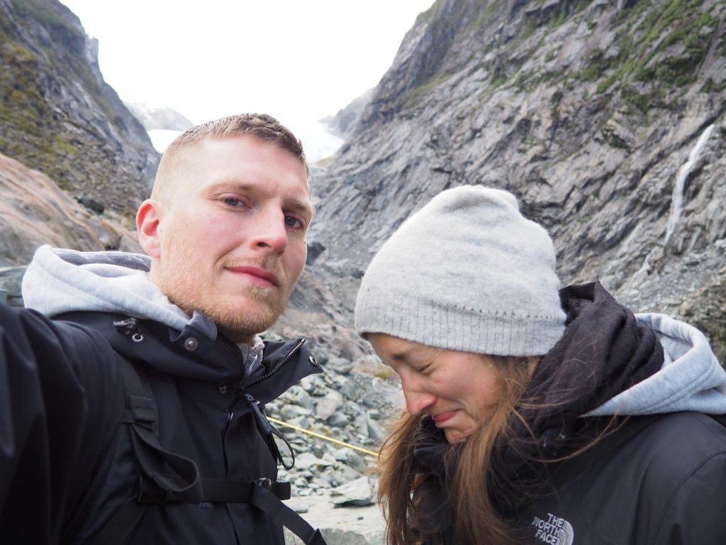 Anna muss niesen während Phillip ein Foto macht.