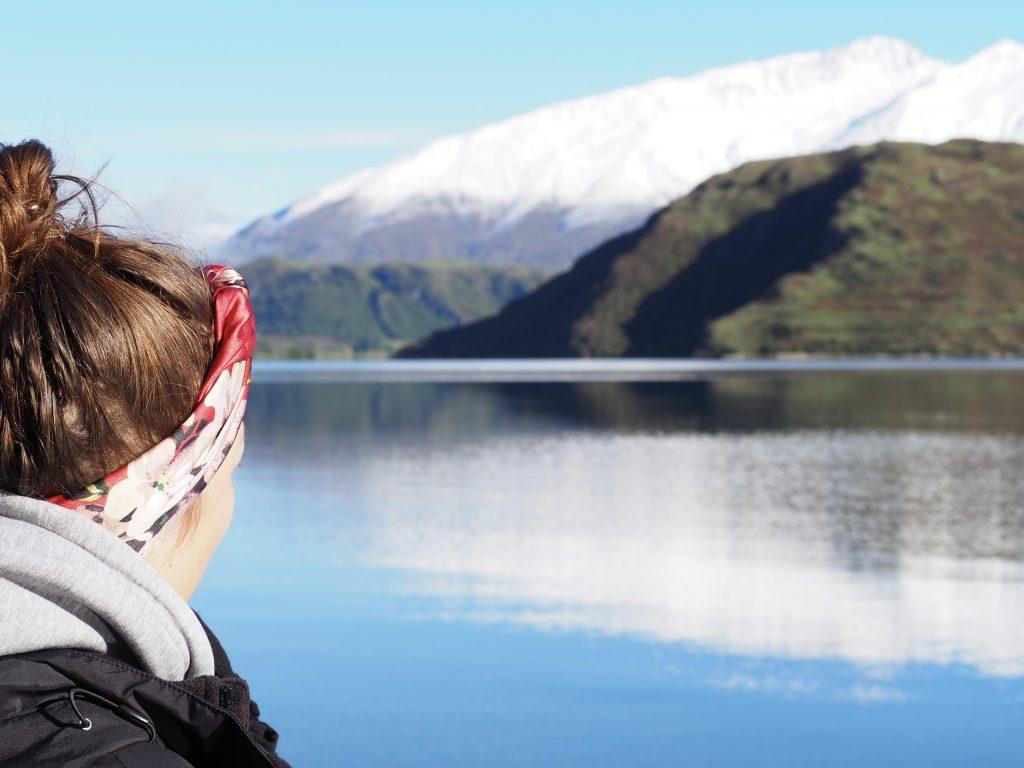 Anna blickt auf den See.