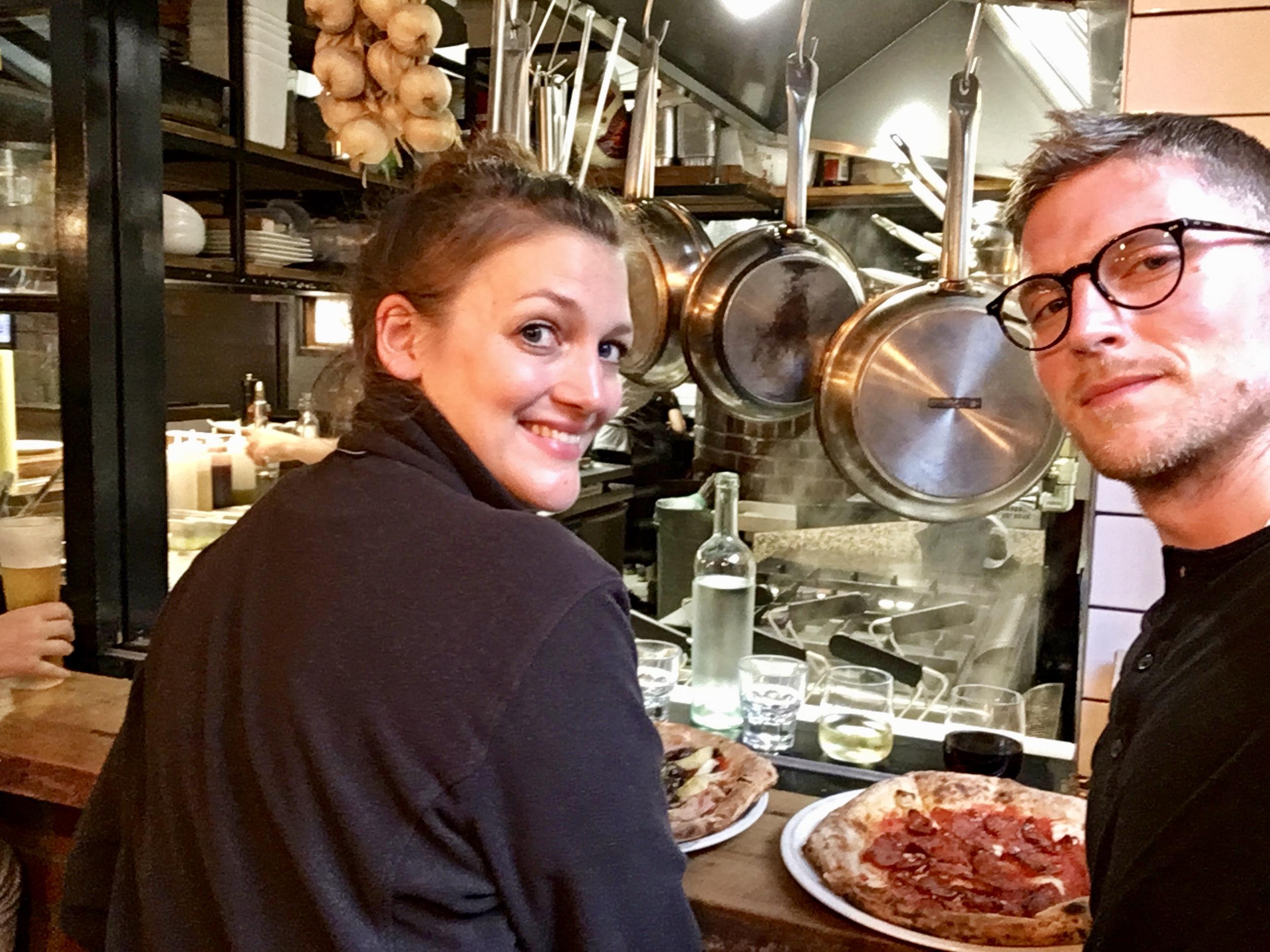 Pizza essen mit Blick in die Küche von Dantes Pizza
