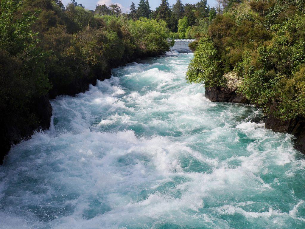 Bei den Huka Falls bei Taupo quetscht sich der längste Fluss Neuseelands durch eine schmale Schlucht.