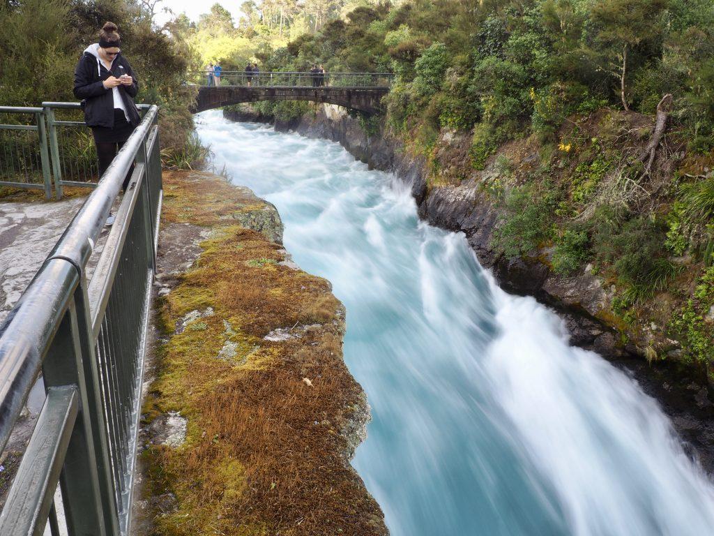 Die Huka Falls rauschen unter der Fußgängerbrücke entlang.