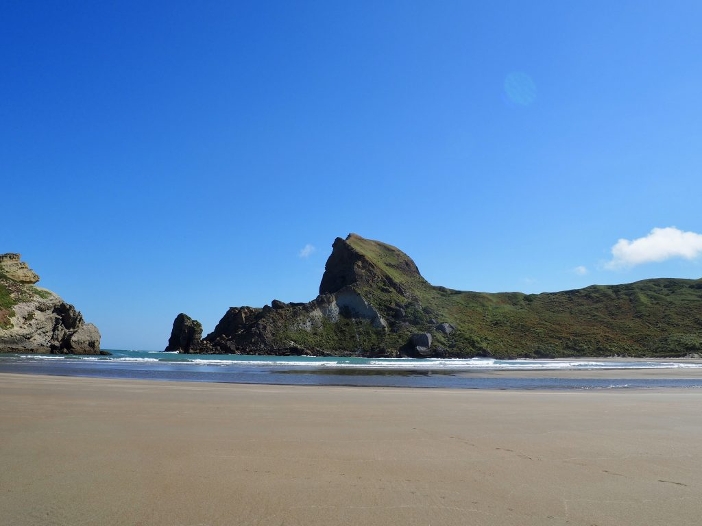 Bei Castlepoint trennen Felsen eine Bucht vom Meer ab.