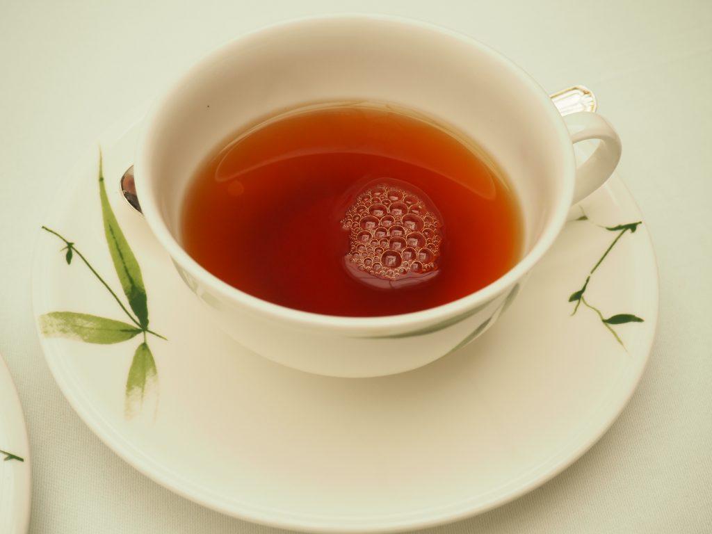 Eine Tasse mit schwarzem Tee.