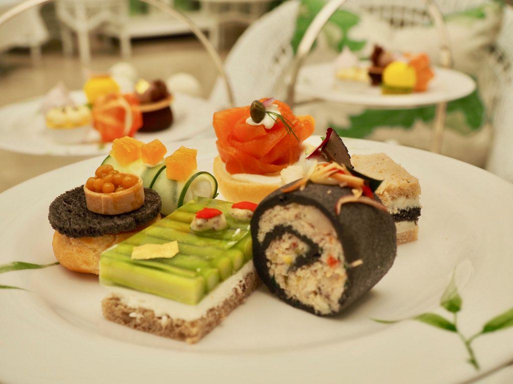 Ein Teller mit kleinen Sandwiches