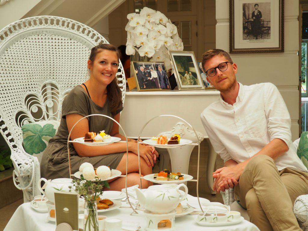 Anna und Phillip sitzen in der Authors Lounge an einem Tisch mit zwei Etageren.