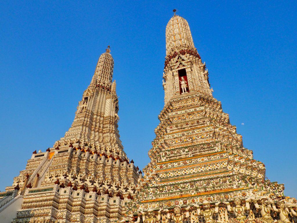 Zwei kunstvoll verzierte Türme des Wat Arun.