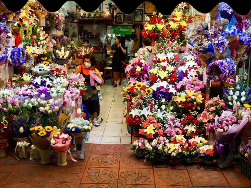 Ein Geschäft mit vielen Blumensträußen.