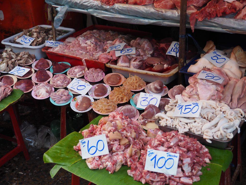 Verschiedene Fleischarten liegen an einem Marktstand.