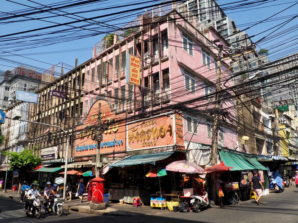 Eine Straßenecke an der Soi Suan Phlu.