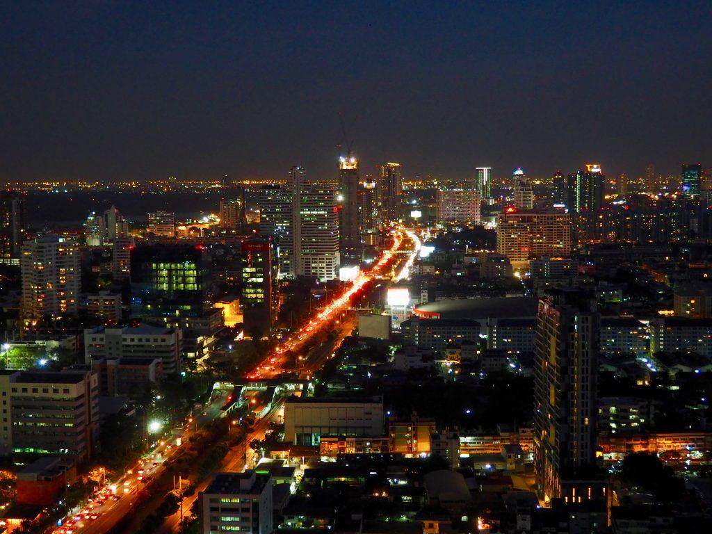 Das abendliche und beleuchtete Bangkok von oben.