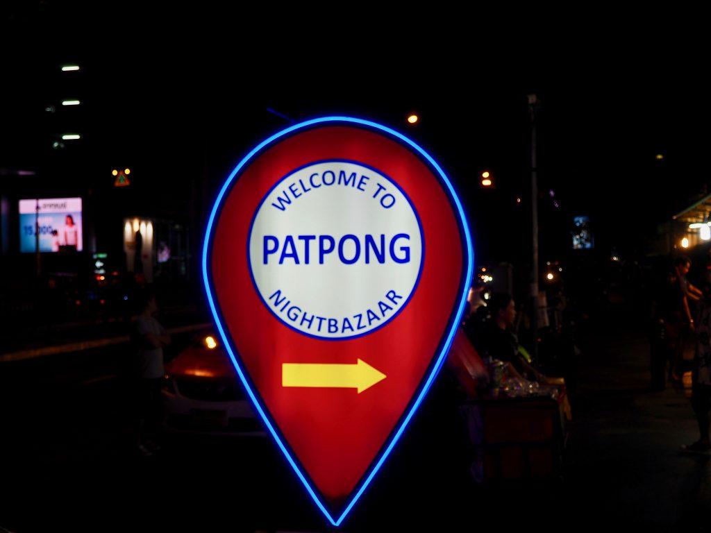 Ein Leuchtschild weist zum Rotlichtviertel Patpong.