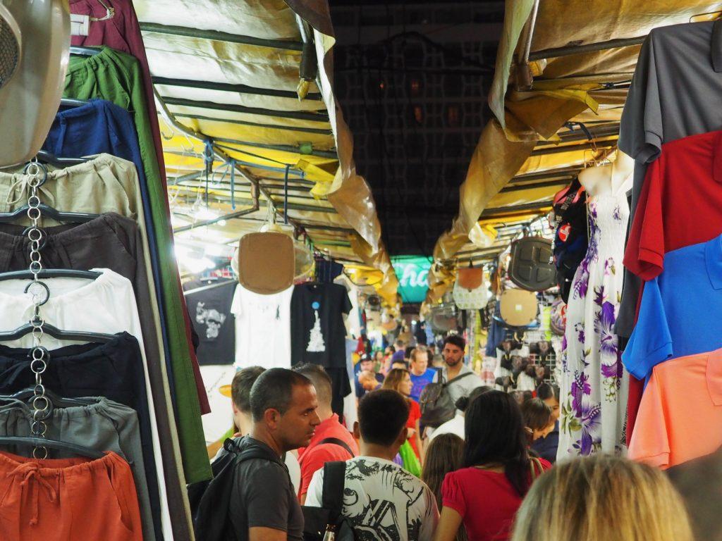 Eine Gasse des Nachtmarktes von Patpong mit vielen Menschen und Ständen.