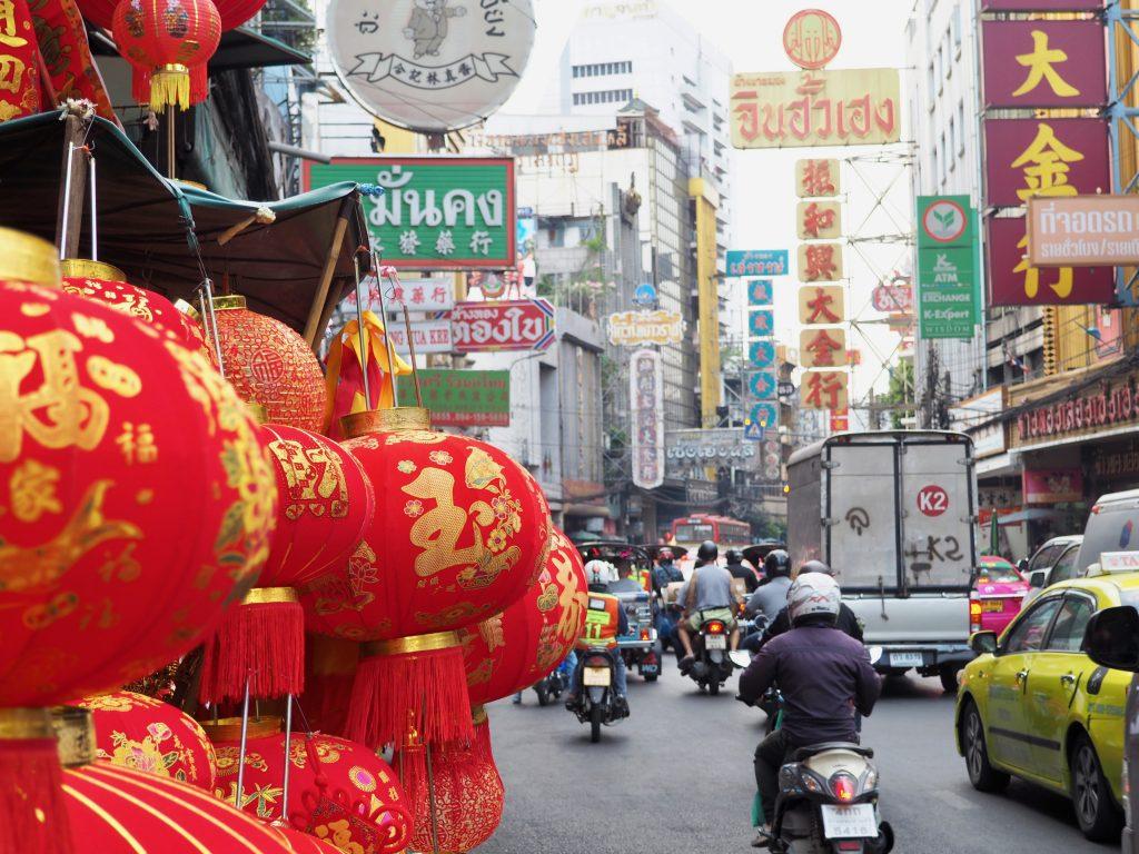 Chinesische Lampions hängen an einer Straße in Chinatown.