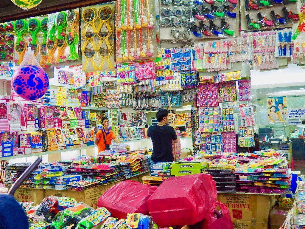 Ein Laden voller Plastikspielzeug in Chinatown.