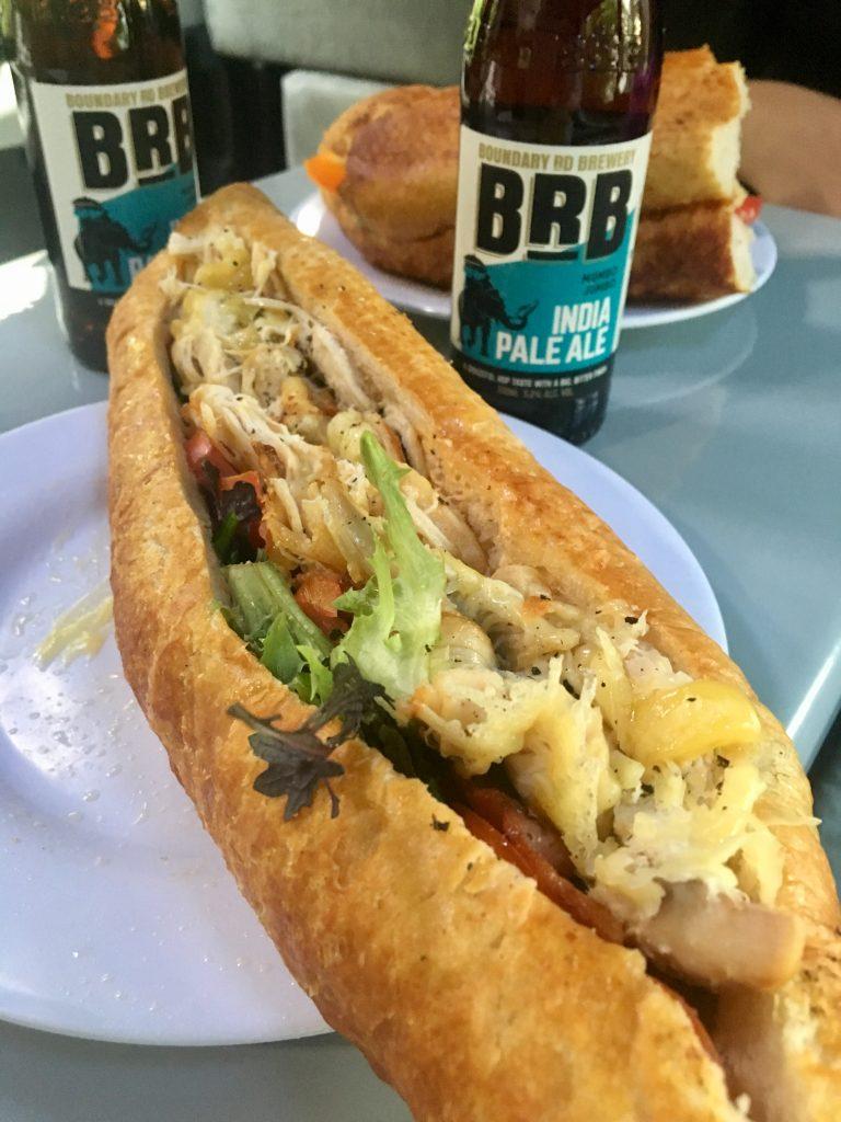 Ein reichhaltig belegtes Sandwich.