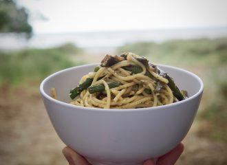 Eine Schüssel mit Pasta und Spargel.