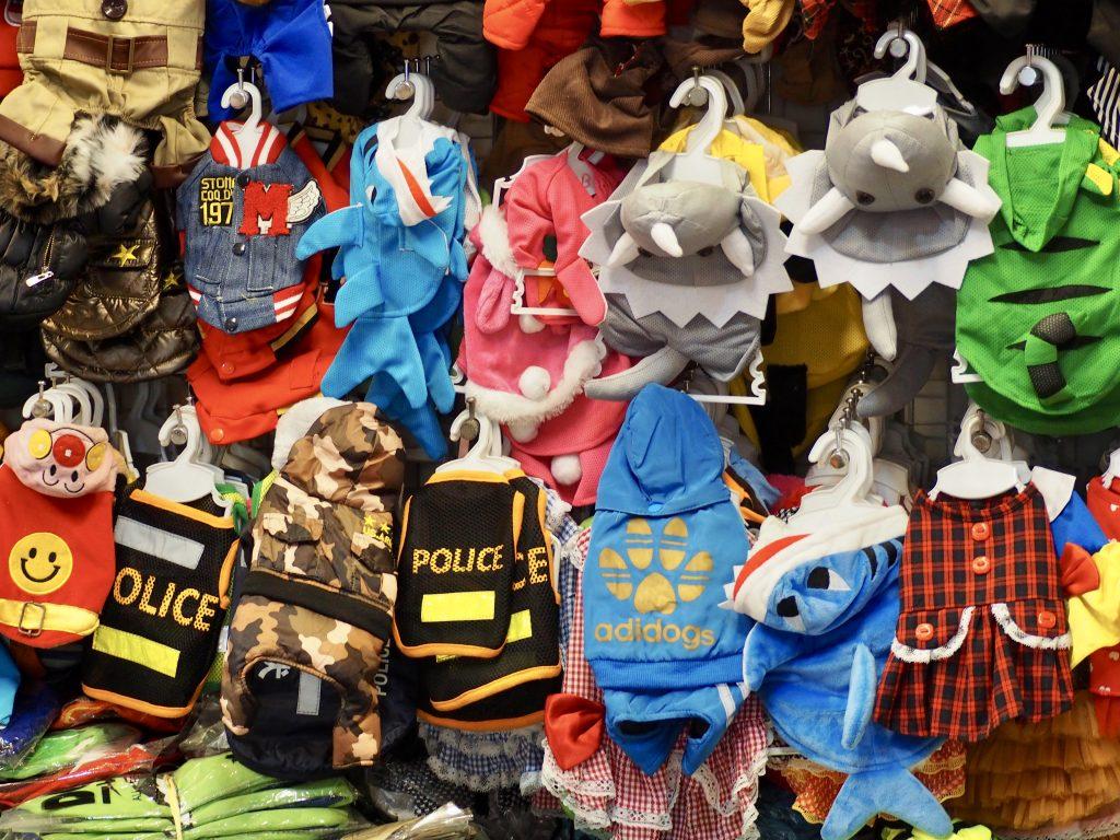 Bunte Kleidung für Hunde